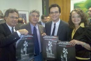 Rubem, Alencar, Moura e Luciana posam com o cartaz da campanha