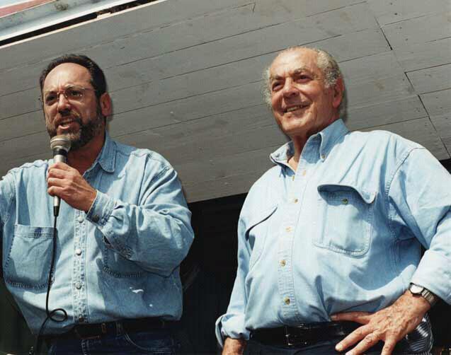 Orgulho: discursando com Brizola em 1998.
